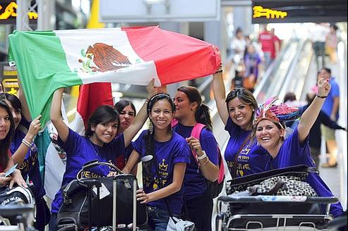 De jeunes Mexicaines arrivent à l'aéroport de Madrid, hier, pour participer aux JMJ.