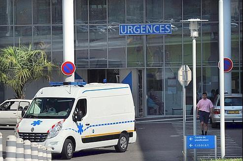 Une ambulance quitte le bâtiment des Urgences du Centre hospitalier de la Côte Basque à Bayonne, 11 août 2011.