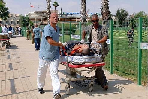 Un soldat israélien blessé dans l'embuscade contre le bus est évacué vers l'hôpital de Beersheba, jeudi.