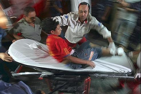 Un petit garçon blessé à la suite d'un raid aérien sur la ville de Gaza, dans la nuit.