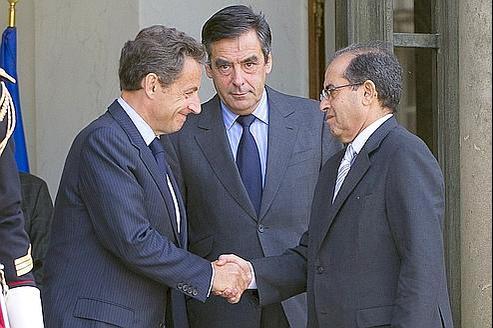 Nicolas Sarkozy et François Fillon saluent Mahmoud Jibril, le représentant du CNT, lors d'une rencontre à l'Élysée en mai.