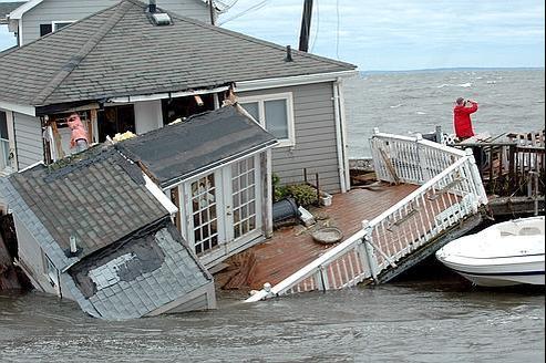 Sur la côte de Pine Creek, dans le Connecticut, dimanche, une maison de bord de mer a été dévastée par l'Océan au passage d'Irene.