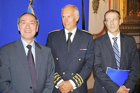 Le ministre de l'Intérieur, Claude Guéant , avant de prononcer un discours au côté du préfet de région Hugues Parant et du nouveau préfet délégué à la sécurité Alain Gardère.