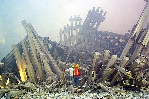 Des sauveteurs sur les ruines du World Trade Center le 11 septembre 2001.