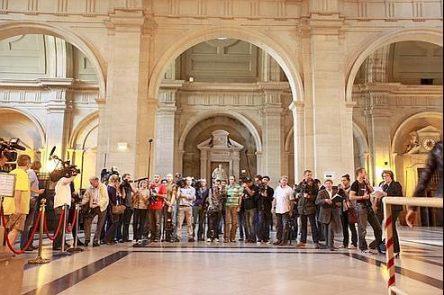 La presse à l'ouverture, lundi, du procès des emplois fictifs de la Ville de Paris.