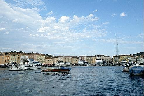 A Saint-Tropez, des emprunts adossés au franc suisse ont conduit les comptes de la ville dans le rouge, souligne Le Parisien-Aujourd'hui en France