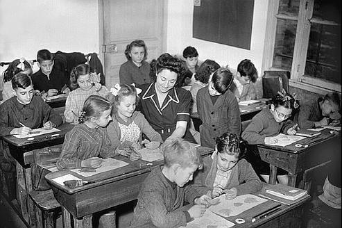 Dans l'enseignement primaire, le pourcentage de femmes, qui était de 65% en 1954, dépasse désormais les 82%. Ici, une classe de l'école de Dugny en 1947.