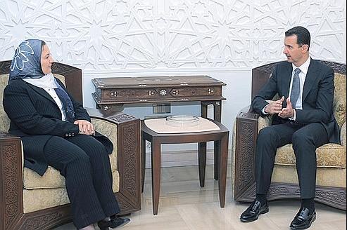 Houda Ben Amer en discussion avec le président syrien à l'époque où elle présidait la Ligue arabe.