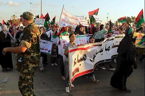Des manifestants à Benghazi, vendredi, exigent que certains membres de l'ancien régime libyen soient interdits de rejoindre le Conseil national de transition.