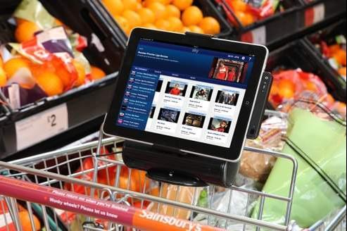 Les chariots testés par Sainsbury's sont équipés d'un support dans lequel peut être intégrée une tablette numérique iPad ainsi que de haut-parleurs. DR.