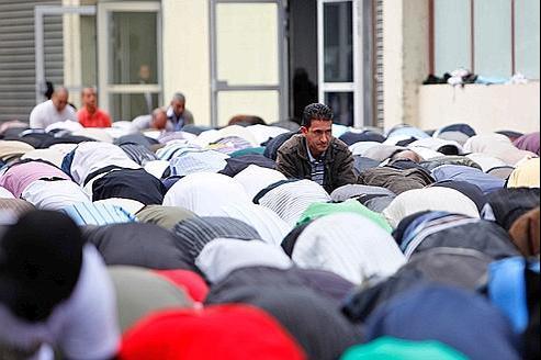 Des fidèles dans l'ancienne caserne de pompiers du boulevard Ney, convertie en mosquée.
