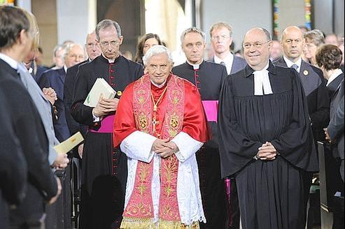 Benoît XVI et le président de l'Église évangélique en Allemagne, Nikolaus Schneider (à droite), lors du service œcuménique, vendredi, au monastère protestant Saint-Augustin d'Erfurt.