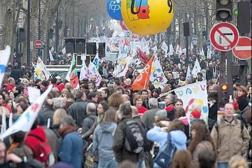 Manifestation d'enseignants, de parents d'élèves et de lycéens, en mars dernier à Paris, pour dénoncer les suppressions de postes dans l'Éducation nationale.