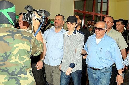 Mardi, Gilad Shalit, escorté pardes membres du Hamas et des médiateurs égyptiens, est conduit à Rafah, du côté égyptien de la frontière avec la bande de Gaza.