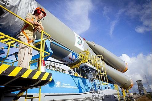 Installation de la fusée Soyouz sur la rampe de lancement au centre spatial de Kourou, en Guyane.
