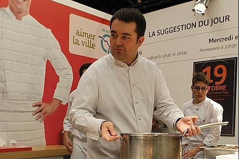 Jean-François Piège, mercredi à Miromesnil,proposait au public une soupe à la jambe de bois, un plat lyonnais.