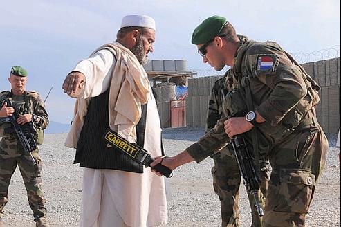 Des militaires français contrôlent un Afghan dans le district de Surobi, le 14 octobre.