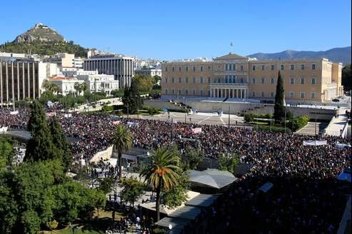 La foule des manifestants fait face au Parlement, sur la place Syntagma à Athènes