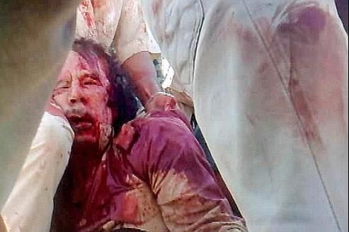 Cette image est tirée d'une vidéo qu'aurait réalisé un soldat du CNT. Elle montrerait Mouammar Kadhafi, 69 ans, l'homme qui a gouverné la Libye d'une main de fer pendant près de 42 ans.