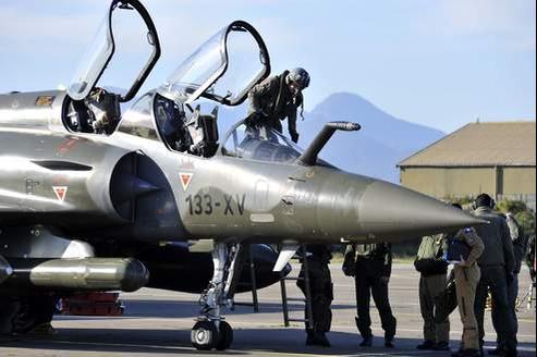Un pilote français s'extrait de son Mirage 2000 après une mission en Libye, sur la base corse de Solenzara.