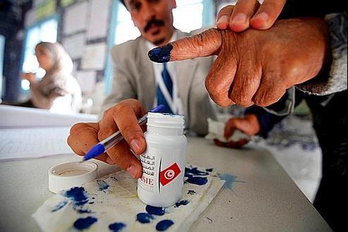 Un bureau de vote à Tunis. Après avoir déposé leur bulletin, les électeurs ont trempé leur doigt dans l'encre pour éviter les tricheries.