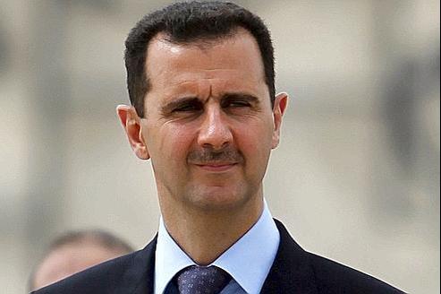 Bachar el-Assad, ici en 2010, estime «être populaire» car il «mène une vie simple : je conduis ma propre voiture, j'emmène mes enfants à l'école».