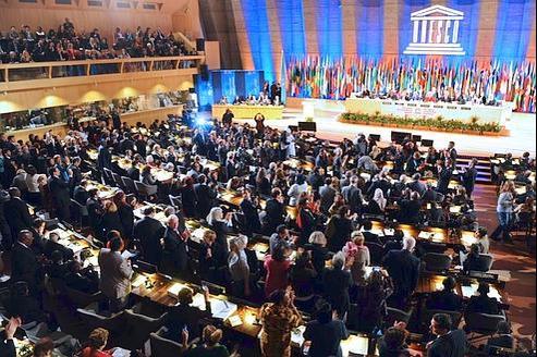 Les délégués applaudissent l'admission de la Palestine comme État membre de l'Unesco après le vote qui s'est déroulé lundi à Paris.