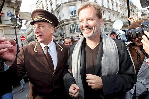 À 12h45, Didier Decoin annonce qu'Alexis Jenni reçoit le Goncourt «pour cinq voix contre trois à Carole Martinez».