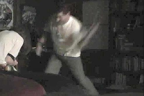«Penche toi sur le lit», hurle le juge Adams en battant sa fille. (Capture écran de la vidéo).
