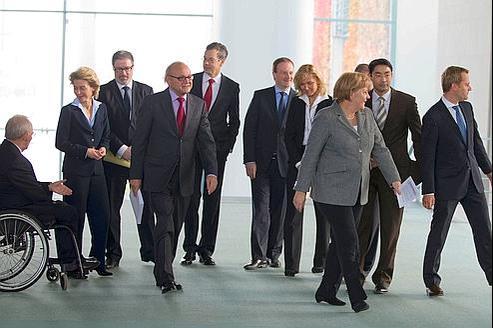 Angela Merkel (troisième à droite) avec des ministres de son cabinet et des experts économiques, mercredi à Berlin.