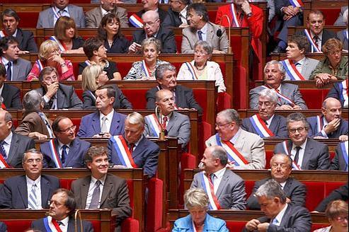 La proposition d'Arnaud Montebourg (en bas) de limiter à 67ans l'âge d'investiture pour les élections législatives irrite la direction du PS.