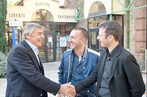 Jean Vila, le maire de Cabestany avec Guillaume, 37 et Patrick, 48 ans. Les deux hommes ont décidé de médiatiser leur mariage pour que «bientôt en France, deux personnes de même sexe puissent se marier légalement. On est des citoyens comme les autres».
