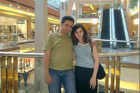 La jeune femme, qui se définit comme «individualiste et athée», se présente sur son compte Facebook comme la petite amie de Karim Amer, un blogueur alexandrin condamné en 2007 à quatre and de prison.