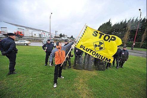 Des manifestants de Greenpeace protestent à Cherbourg contre l'envoi d'un convoi de MOX vers ele Japon ,