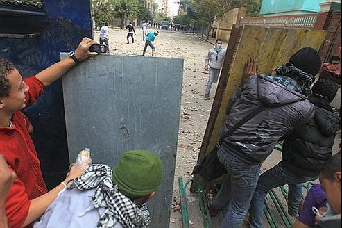 Affrontements entre manifestants et police anti-émeute, dimanche, place Tahrir au Caire.