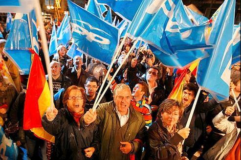Des partisans de Mariano Rajoy fêtent, dimanche soir à Madrid, la victoire du Parti populaire lors des législatives espagnoles.