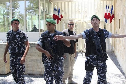 Des membres des forces de sécurité libanaises montent la garde devant l'ambassade de France, à Beyrouth, en juillet dernier.