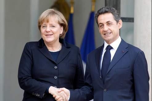 Nicolas Sarkozy et Angela Merkel surle perron de l'Élysée, ce lundi.