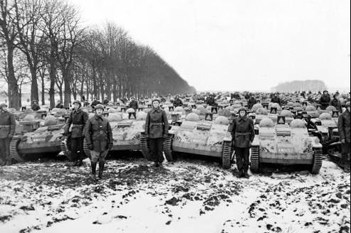 Présentation des chenillettes de transport Renault en mars 1940. (Crédits photo: DR)