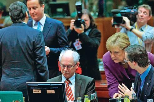 Le président du Conseil Herman Van Rompuy (ici au centre, à Bruxelles le 9 décembre, au coté d'Angela Merkel et de David Cameron, à gauche, de face) souhaite que le texte du futur traité soit finalisé en mars, pour le sommet de l'UE.