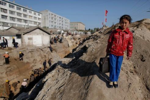 Une écolière près d'un chantier en Corée du Nord.