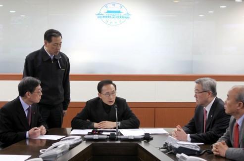 Lee Myung-bak (au centre) préside une réunion d'urgence à la Maison-Bleue, la résidence officielle des présidents sud-coréens.