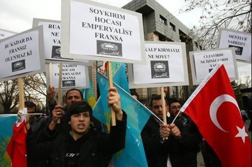 Manifestation anti-française devant l'ambassade de France à Ankara, le 21 décembre.