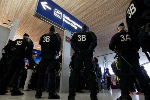 Ce matin sur le terminal 2F de l'aéroport Roissy-Charles de Gaulle, des policiers remplacent des agents de sécurité