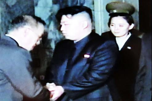 Coincée entre Kim Jong-un et les généraux, la jeune femme est l'objet de toutes les interrogations.
