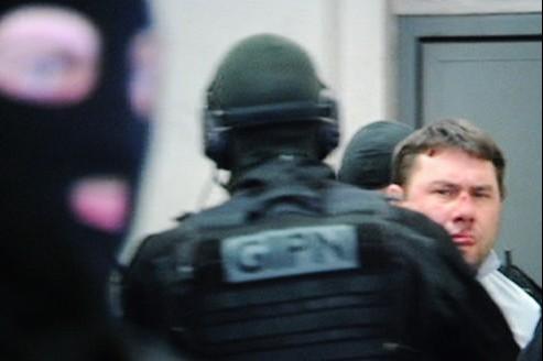Le suspect s'appelerait Jean-Baptiste Dominici. Il était recherché pour exécuter une peine de prison, et est suspecté d'avoir participé à la fusillade qui a coûté la vie au lieutenant Lalès.