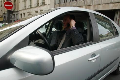 Conduire avec un portable à la main coûtera désormais 135euros et trois points sur le permis de conduire