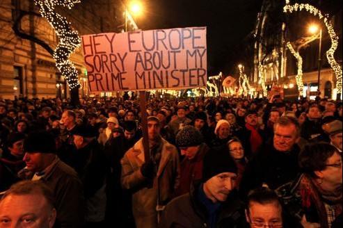 Les Hongrois manifestent contre la politique du gouvernement, lundi soir, à Budapest.