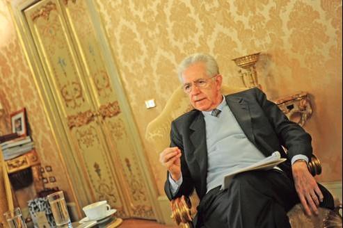 Le Premier Ministre italien Mario Monti dans son bureau au Palais Chigi.