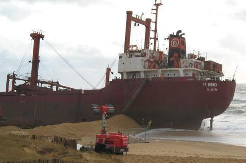 Une grue va découper progressivement les 2.000 tonnes d'acier du cargo au moyen d'une cisaille hydraulique. Photo Armel Tripon.